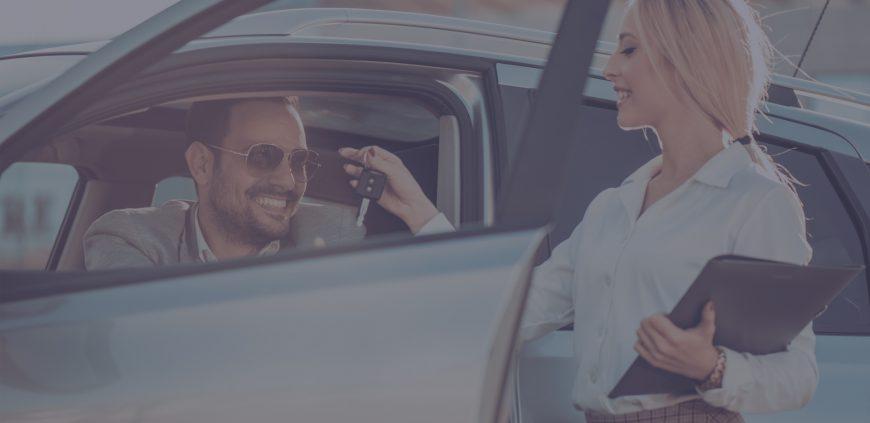 Мъж, на който му дават ключовете за неговата кола под наем