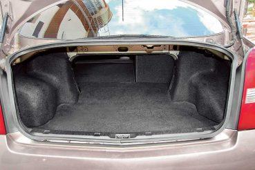 Снимка на отворен багажник на Nissan Primera