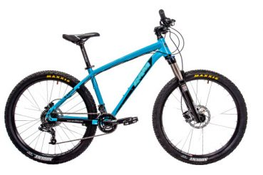Снимка на синьо колело на бял фон