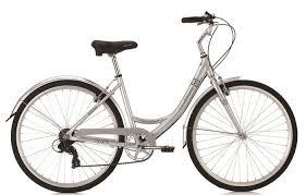 Снимка на бяло колело на бял фон с ниска рамка