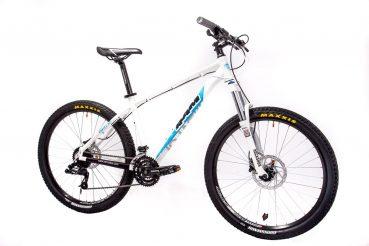 Снимка на бяло колело на бял фон