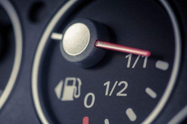 Снимка на таблото на кола, показваща нивото на налично гориво