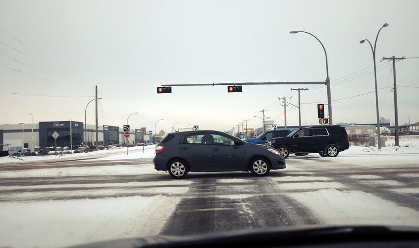 спирачки на светофар при сняг