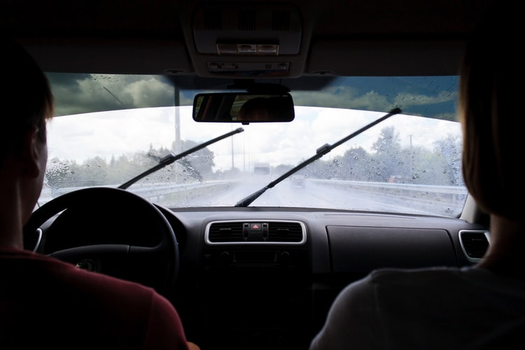 пътници в автомобил на предните седалки