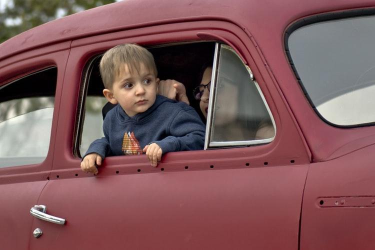 дете се вози без предпазен колан