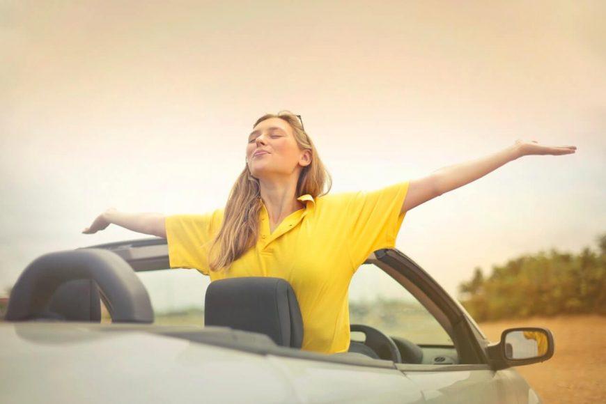 Снимка на жена, която е радостна от факта, че е наела автомобил