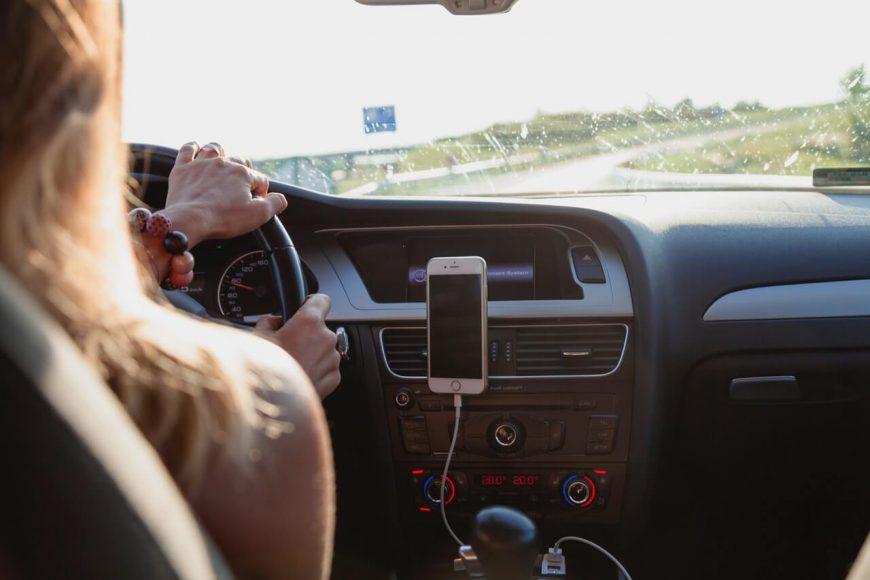 Снимка на жена, която управлява автомобил под наем